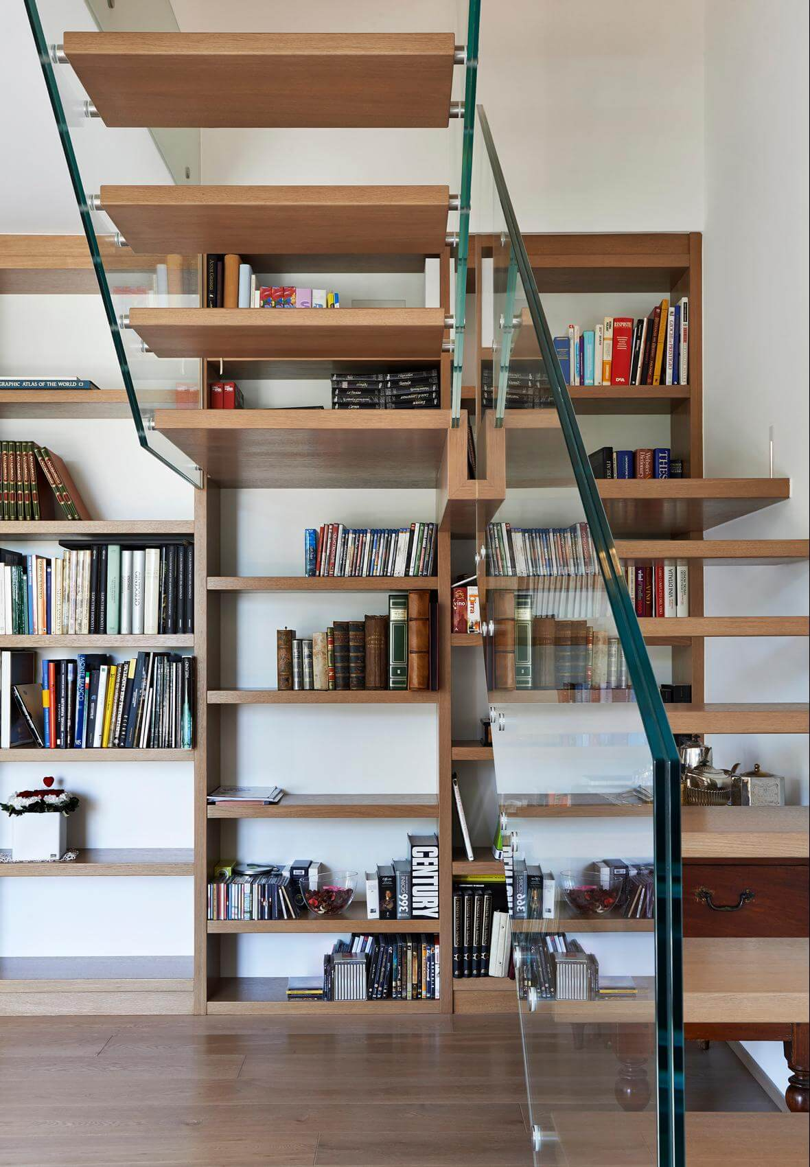 glastragende treppe mit b cherregal eine einheit. Black Bedroom Furniture Sets. Home Design Ideas