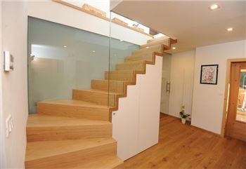 treppe mit k chenblock und b cherregal. Black Bedroom Furniture Sets. Home Design Ideas